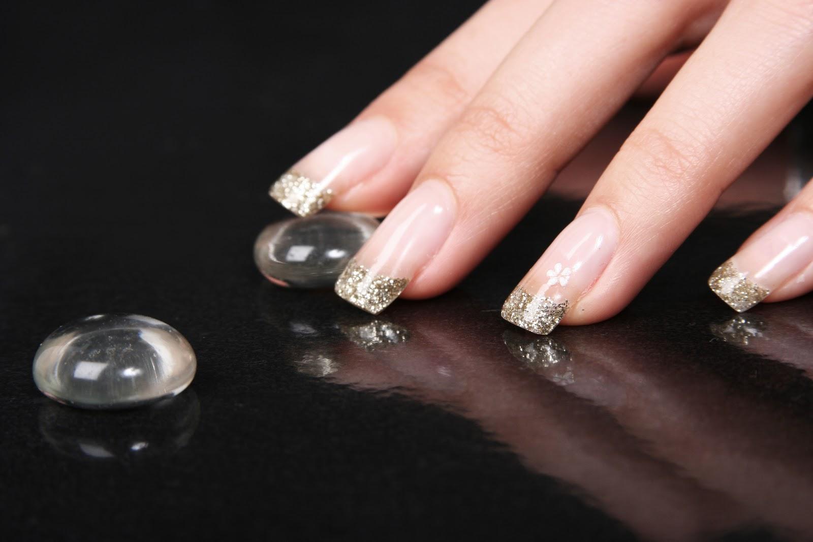 Прозрачные блестки на ногтях фото