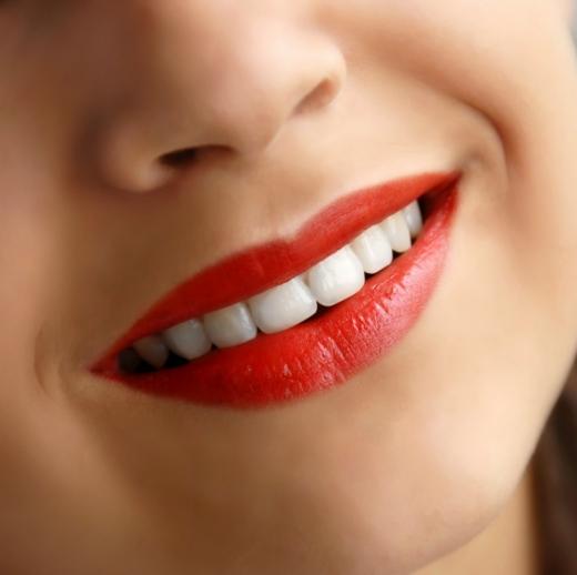 Женщина с улыбкой на губах